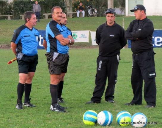 La seguridad junto a los árbitros. Foto de Ronald Manzolido