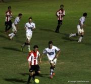 Nicolas de Carlo lleva el balon marcado por Ernan Delgado