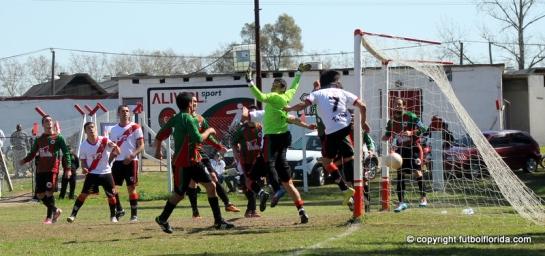 Gol!! De cabeza y por el 2do palo, Ignacio Garcia decretaba la apertura para River.
