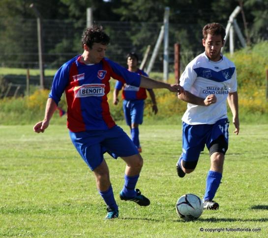 Javier Coli lleva el balón perseguido por Zapata de Alianza. Foto Fanny Ruetalo