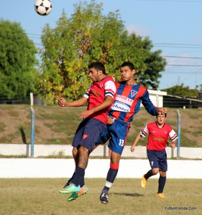 Ferreira y Martinez disputan un balón aéreo. foto Fanny Ruetalo