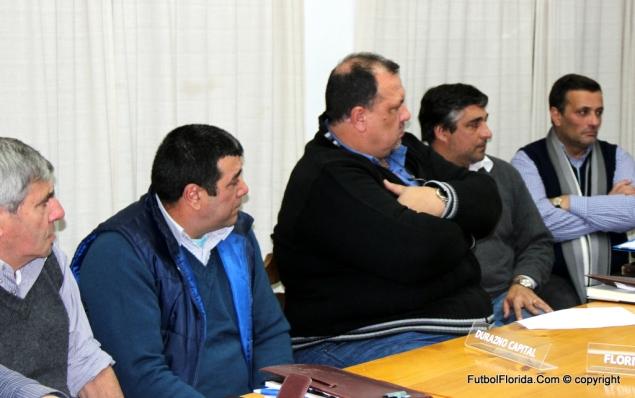Néstor Torres-de brazos cruzados-renunció a  Liga Durazno. A su izquierda, Dr Luis Bermudez, Consejero de OFI