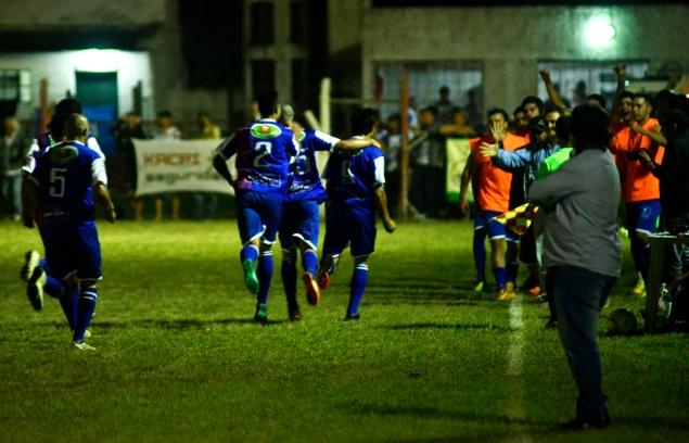 Foto La Semana Libertad, el festejo del gol de Berriel