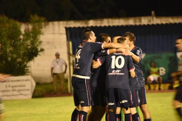 Festejo serrano luego de uno de los goles de Fernandez. Foto Oral Sport
