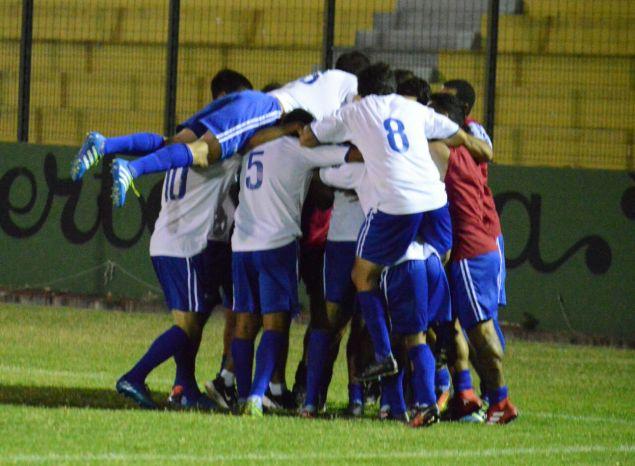 Duarte marcó el gol y sus compañeros lo abrazan. Foto Ernesto Hornos