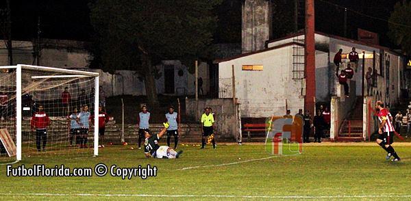 De penal, Riestra señala el gol del triunfo. Foto Fanny Ruetalo