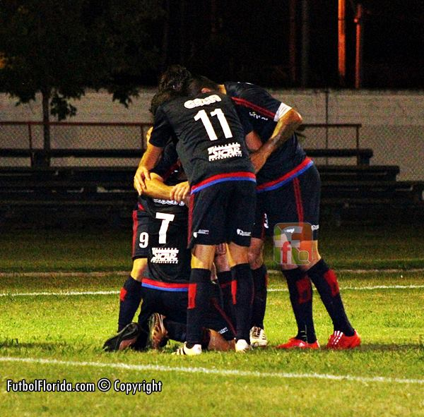 Festejo de gol de Diego Torrres en evidente off side, Foto Fanny Ruetalo