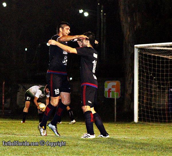 Ferrero y Pailos celebran el  gol marcado por el cerebral N 10 canario. Foto Fanny Ruetalo