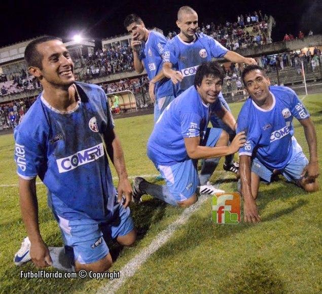 Rivera festeja su medio boleto a la final. Foto Freddy Silva