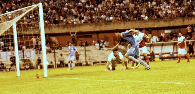 Rivera festejaba otro gol. Foto Freddy Silva