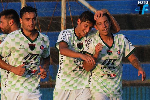 Emiliano Colombo felicitado por sus compañeros. Foto Tenfield