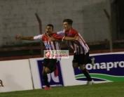 Braian García festeja el gol de apertura con Emilio Gonzalez
