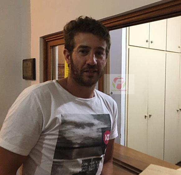 Santiago Lapasta firmando para Quilmes. Fue el 1er pase