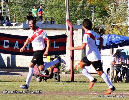 Fabián Vazquez carta de gol de River. Foto Fanny Ruetalo