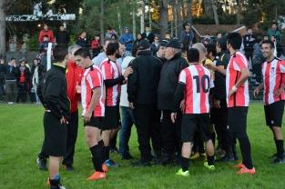 Los jugadores de Atlético Fernandino protestan. Foto Ernesto Hornos