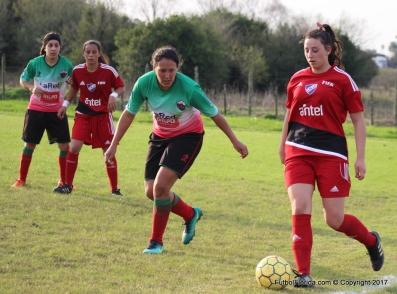 Katia Rodriguez que marcó dos goles es seguida or Nadia Podestá Berrondo. foto Fanny Ruetalo