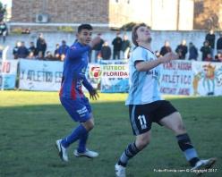 Bruschi espera que baje el balón marcado por Morales