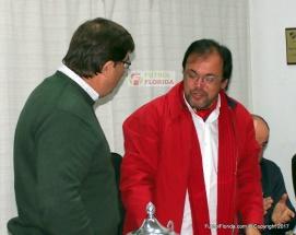 Gonzalo Recuero saluda a Ariel Gabarrot, Presidente Saliente.