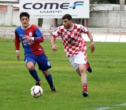 Ramos lleva con velocidad el balón seguido de Martinez. Foto Emilia Spinelli