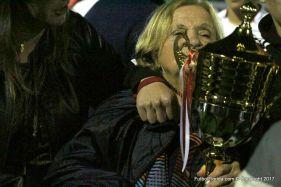 La Sra de Oscar de Rui con la Copa del ascenso. Foto Emilia Spinelli