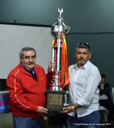 Copa Fair Play entrega Pdte AIAF Sr Walter Brajus a Pdte Federacion Colonia Julio García Bedat. Foto Freddy Silva