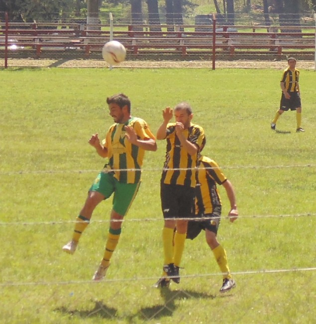 Pablo Moreira en el aire para ganar un balón en el duelo Fraternidad-¨Peñarol