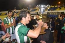 Valentín Ramos recibe el trofeo del Clasificatorio. Foto Victor D Rodriguez