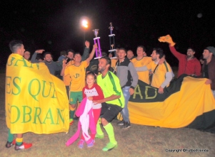 La familia del Frater festejó en el centro del campo de juego. Foto Dino Cappelli