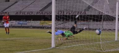 La pelota va besar la red. Andrei hizo estéril el esfuerzo del golero. Foto Freddy silva