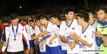 Alanis saludó uno por uno a los campeones en muestra de deportividad