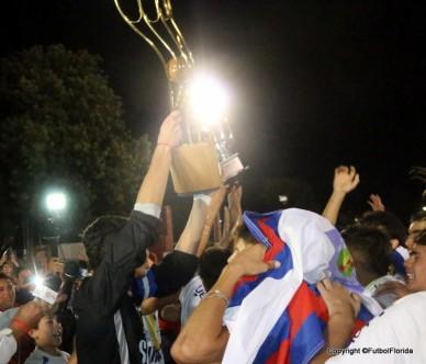 El capitán Diego Segovia levanta la copa